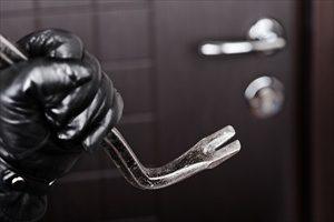 Anche le porte antieffrazione, quelle che normalmente chiamiamo blindate, hanno una classe di sicurezza con la quale si misura la capacità della loro resistenza ai ladri: approfondiamo l'argomento!